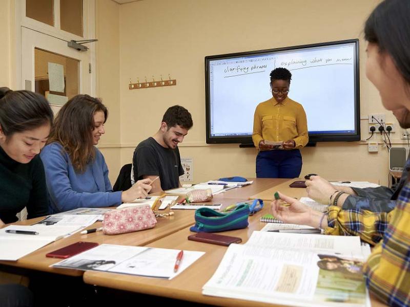 cours de langues avec élèves et professeur