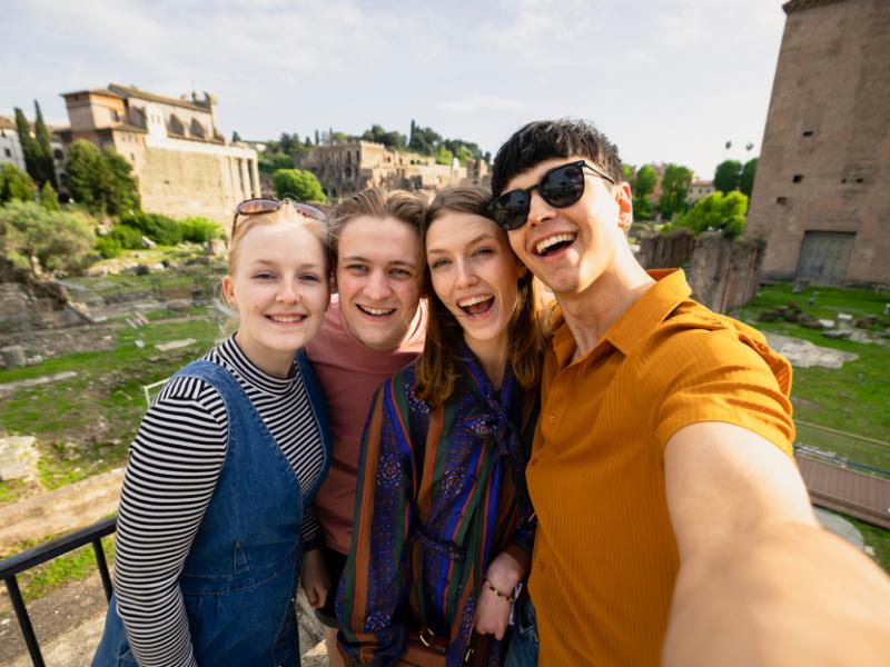 Groupe de jeunes en train de prendre un selfie
