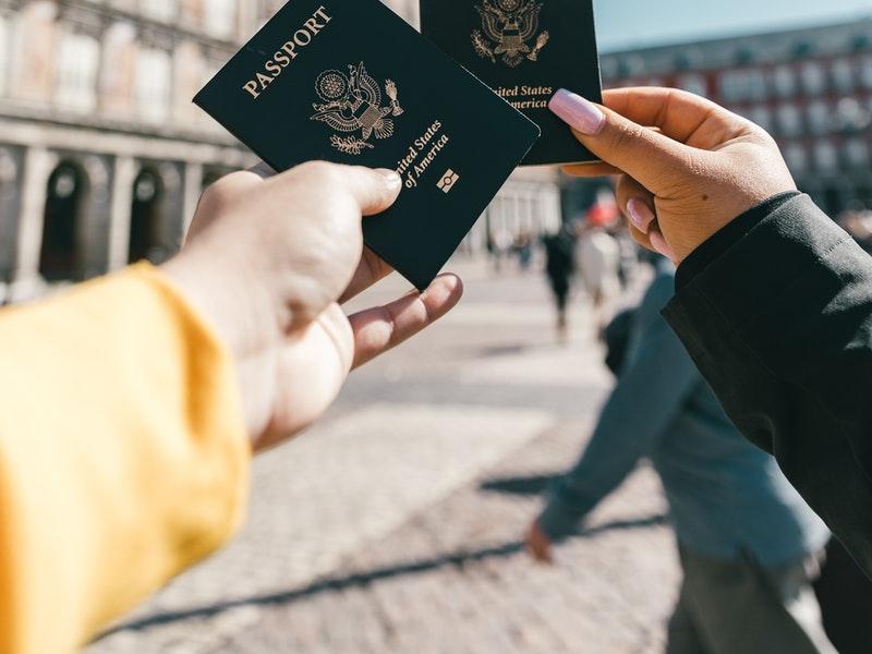 2 personnes tenants des passeports américains